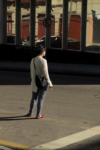 Atravessando a rua com cigarro na mão