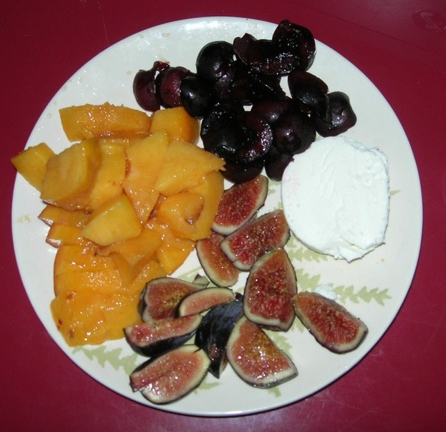Breakfast: a peach, 3 figs and some cherries with chevre