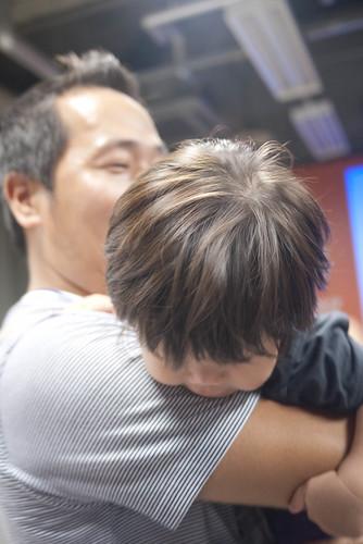 西村さんに抱っこされる次男