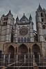 Catedral de León (Jose Casielles) Tags: plaza lluvia catedral personas reflejo león yecla catedraldeleón fachadaprincipal fotografíasjcasielles fachadacatdral