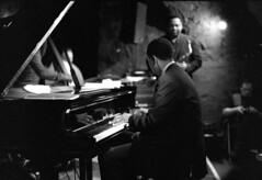 Vincent Herring Quartet, Piano Solo (Christoph Schrief) Tags: bw film analog germany jazz sw frankfurtammain ilforddelta4001600 jazzkeller vcnokton5015 voigtlnderbessar4a vincentherringquartett