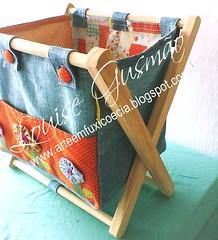 Revisteiro Lado (Louise Gusmão) Tags: artesanato fuxico decoração tecido chaveiro pimentas portacd terço portatreco revisteiro revisteirotecido