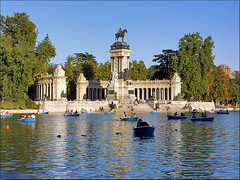 MADRID / Parque del Retiro, estanque (27/08/2011) (Sal Tuon Loureda) Tags: madrid park parque espaa lake water del canon lago spain cityscape estanque barcas retiro
