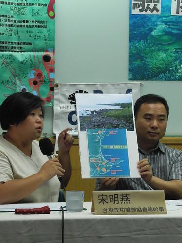 宋明燕(圖左)表示小小基翬海岸有3個開發案進行,質疑其合理性。