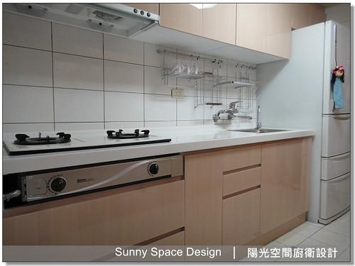 廚房設計-台北市信義路三段詹太太一字型廚具:韓國人造石檯面+木心板桶身+水晶門板+下櫃45度斜把手-陽光空間廚衛設計