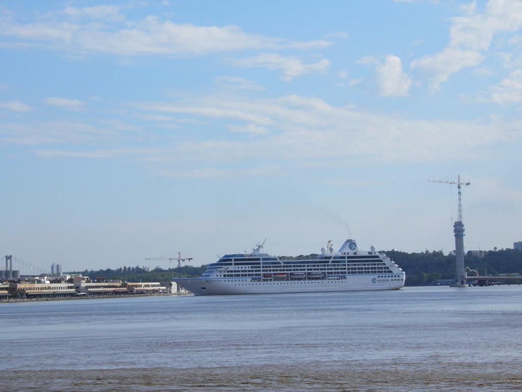 Azamara Journey ready for docking at Bordeaux - P9020013
