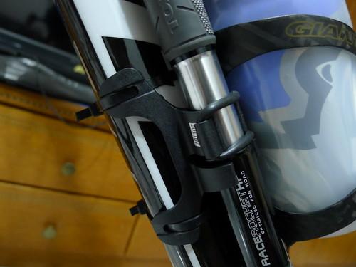 Topeak 迷你打氣筒安裝於水壺架旁