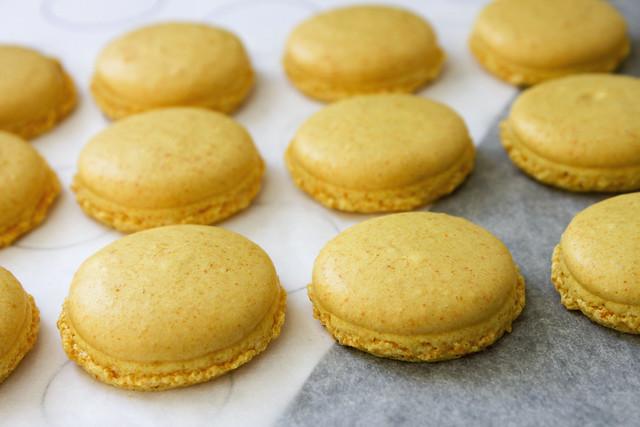 gelbe Macarons gebacken