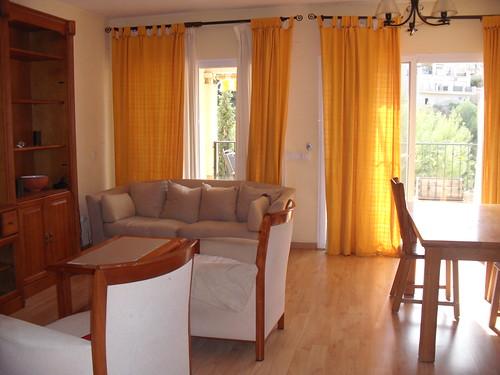 Gran salón comedor  con salida al porche.  Solicite más información a su inmobiliaria de confianza en Benidorm  www.inmobiliariabenidorm.com