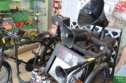 「浅草ジンタ」のアンプ内蔵サイドカー付き自転車。