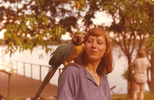 1975, PERÚ, Lago Yarinacocha, Papagei auf Angelika Lis Schulter ist zufrieden, nach Knacken ihrer Hals- und Armkette
