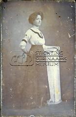 Studioportret van jonge vrouw