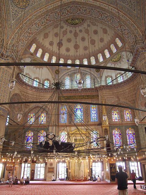 藍色清真寺室內的半圓頂與側面窗戶