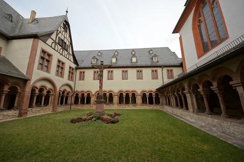 2011-03-26 Aschaffenburg 094 Stiftskirche St. Peter und Alexander, romanischer Kreuzgang.jpg