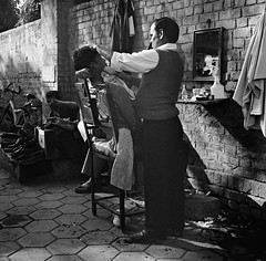 Hair dresser, New Delhi, India - Early February 2011 (Lumire en juin) Tags: street bw india 120 6x6 tlr mediumformat hair mirror chair super mat xp2 400 124g cutting hairdresser ilford yashica indien  newdelhi inde  2011   neudelhi       nuevadelhi   nuovadelhi