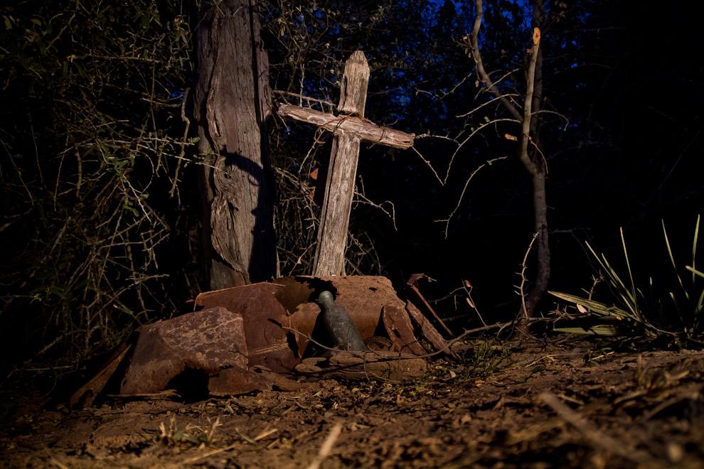 Una vieja cruz de madera se yergue en la tumba de un soldado, en medio de una antigua picada, transitada por las tropas paraguayas en las batallas contra los bolivianos. (Tetsu Espósito)