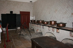 2011_Sintra_3117 (emzepe) Tags: castle portugal kitchen de cuisine town stand sintra large royal palace vila national da copper kche chateau cooker schloss nacional cutlery castel burg palcio vr kirnduls nagy t 2011 portuglia sz szeptember konyha kastly tzhely llvny kirlyi rz vrkastly fazk edny fazekak