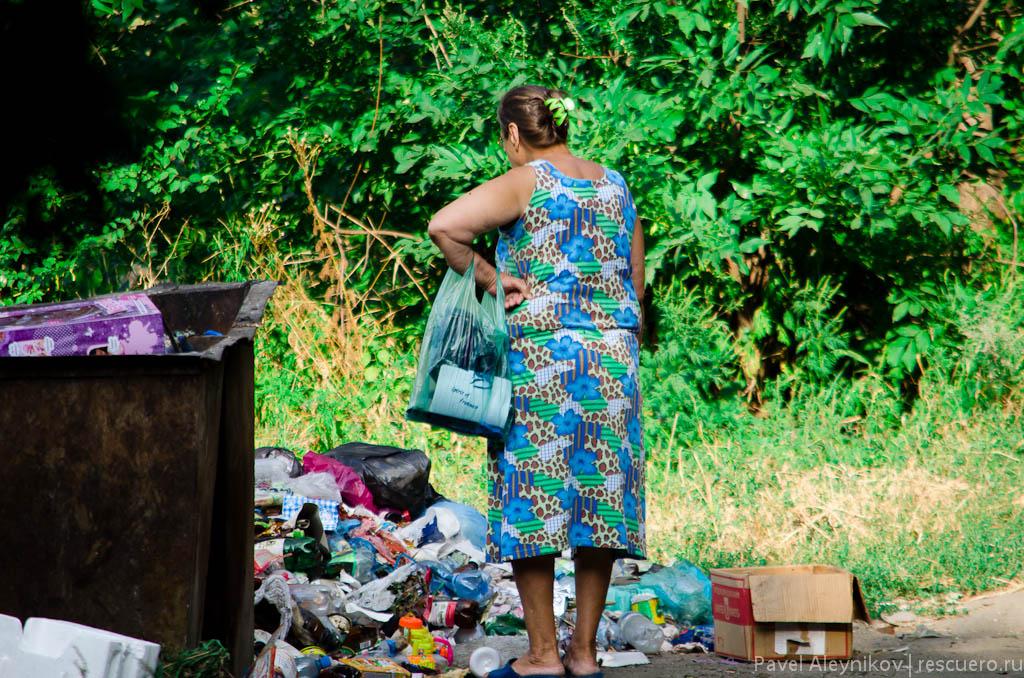 Переполненный мусорный контейнер