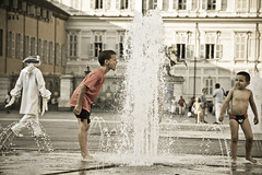 Caldo e fantasmi.....Hot weather and ghosts (maluni) Tags: italy hot water children torino italia bambini ghosts acqua turin fantasmi mostracarma