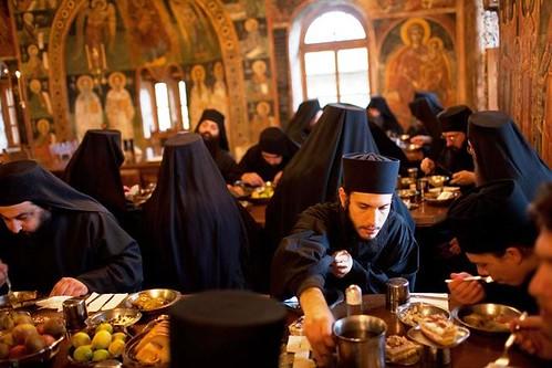 Monjes del Monte Athos comiendo