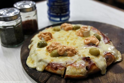 Love the crazy pizza! Mozz, hearts of palm, green olives, ham... salsa golf.