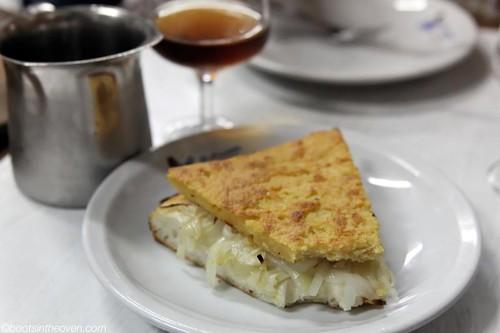 Fugazza and Fainá (onion pizza bread and chickpea flatbread) with moscato