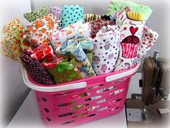 "Hoje j fui colher minhas ""flores"" de setembro! (Joana Joaninha) Tags: flores amor rosa fabric setembro cesto joanajoaninha hellennilce"