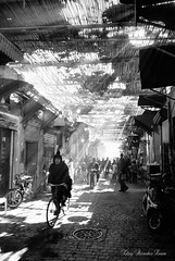 Into the light (Eloy RICARDEZ LUNA) Tags: africa blackandwhite bw blancoynegro photo noiretblanc nb bn morocco maroc getty marrakech marruecos afrique urbanphoto photoderue fotografiaurbana streetportraiture fotourbana portraitderue retratocallejero photourbaine gettyimagesfranceq1 7d6c7f9514304968b8a4b5162c88ad7b