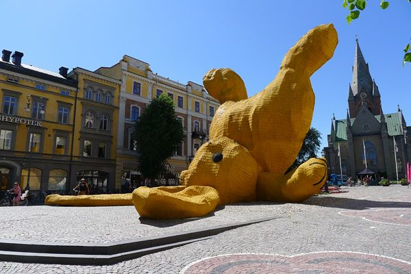 The Big Yellow Rabbit by Florentijn Hofman 5
