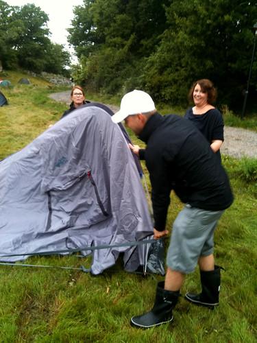 Sara, Henrik och Linda reser sitt tält