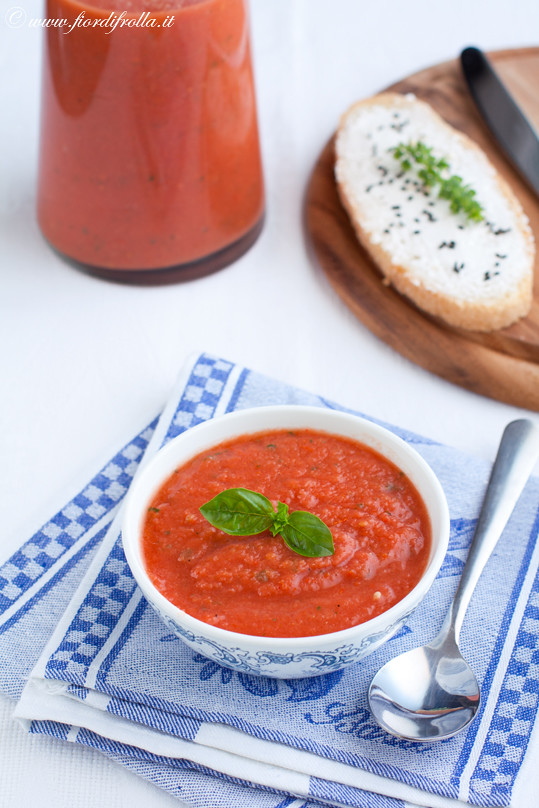 Zuppa fredda al pomodoro con crostini al caprino e semi di finocchio