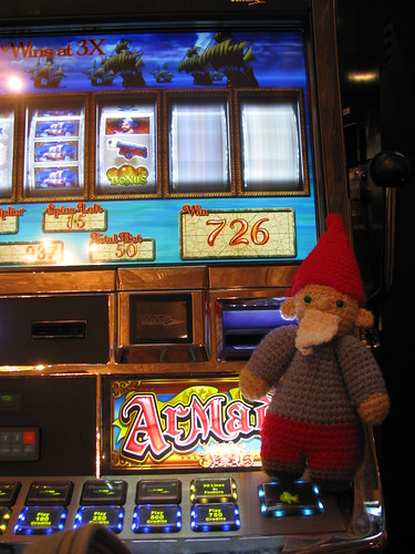 Roamy Gnomey Playing Slots
