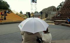...wir warten unterm Regenschirm auf die Gladiatoren (relibu) Tags: schweiz theater warten regenschirm augustaraurica augst rmerfest