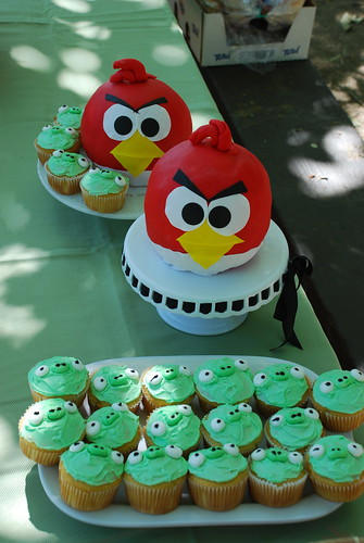 angry bird cakes and piggy cupcakes