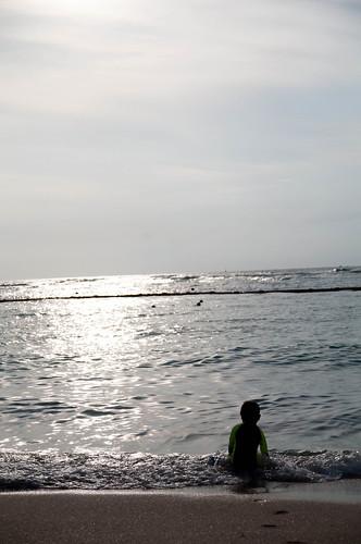 砂浜に座り込む長男
