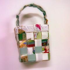 ตะกร้าสานจากกระดาษหูหิ้วห้องเล่น  Woven bag with handle.