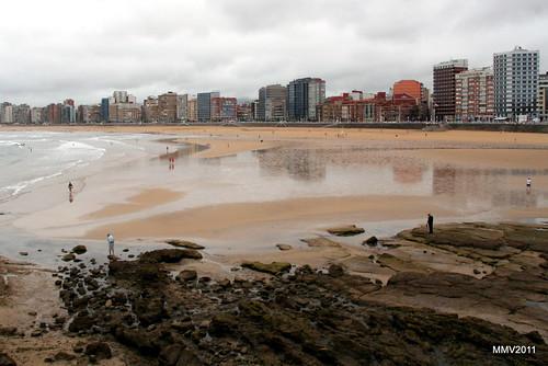 mediodía en la playa de san lorenzo el día de begoña