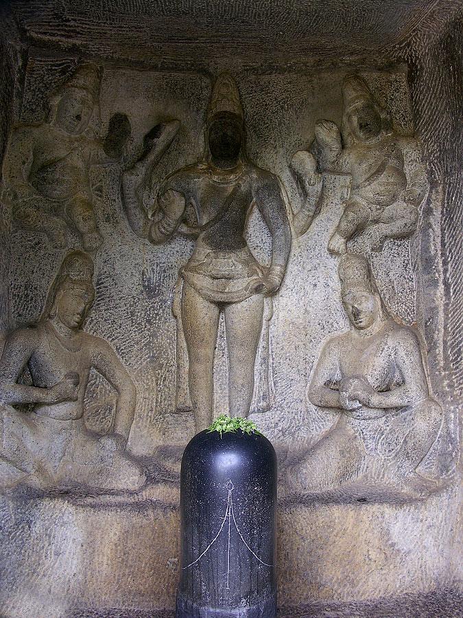 Шивалинг в пещере Тримурти. Мамаллапурам (Махабалипурам), Индия © Kartzon Dream - авторские путешествия, авторские туры в Индию, тревел видео, фототуры