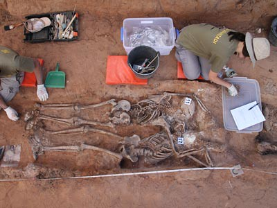 Los trabajos de exhumación en la fosa de Gumiel de Izán, en Burgos.