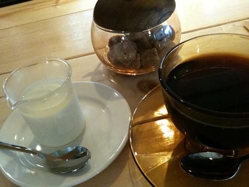 食後のカフェと牛乳プリン。