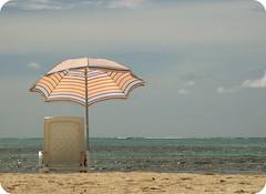 esperando! (annykita) Tags: sun sol beach umbrella mar sand playa arena silla sombrilla