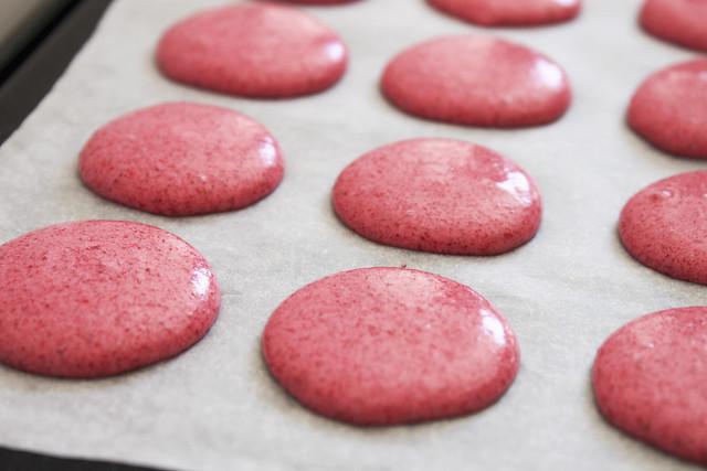 pinkige Macarons vor dem Backen