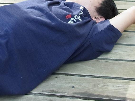 『心配すななんとかなるTシャツ』を着て寝転ぶ息子