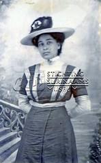 Studioportret van jonge vrouw.