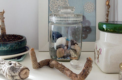 Inspiration in the studio (Mundo Flo) Tags: wood branch display stones collections frame doillies vintagehomeinteriorsstylingdecostudioatelierworkspacecraftroom