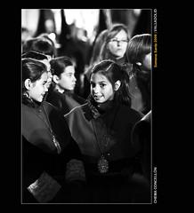 Picardías a edad temprana (Chema Concellón) Tags: portrait people blackandwhite españa blancoynegro night easter noche spain europa europe gente retrato niña valladolid nocturna ritual sonrisa mirada infancia 2009 semanasanta infante medalla edad tradición celebración hábitos penitentes procesión rito hollyweek castillayleón costumbre religión gesto robado cofrades devoción cofradía picardía martessanto procesióndelencuentro chemaconcellón catilla penitencial nuestraseñoradelasangustias infancil