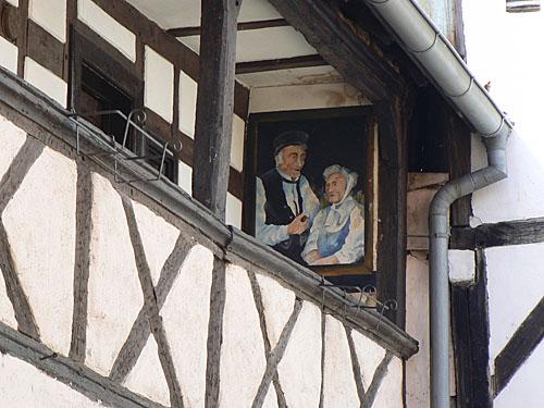 vieux alsaciens sur leur balcon.jpg