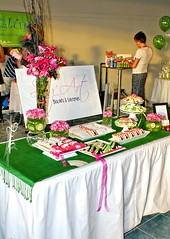 Eco-Glam 2010_Table gourmande / Sweet table (Elcorso / Tables gourmande) Tags: rose vert biscuits bodysuit pied bas bb soulier sugart hochet elcorso sweettable femmeenceinte talonhaut ecoglam tablegourmande