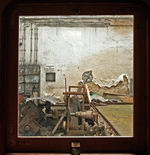 Widok z okna wagonu na graty w parowozowni