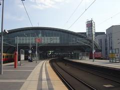 Frher Morgen am Hauptbahnhof Berlin ... (bayernernst) Tags: berlin deutschland eisenbahn bahnhof september hauptbahnhof bahn bahnsteig berlinhauptbahnhof 2011 flickrblick 11092011 snc12651